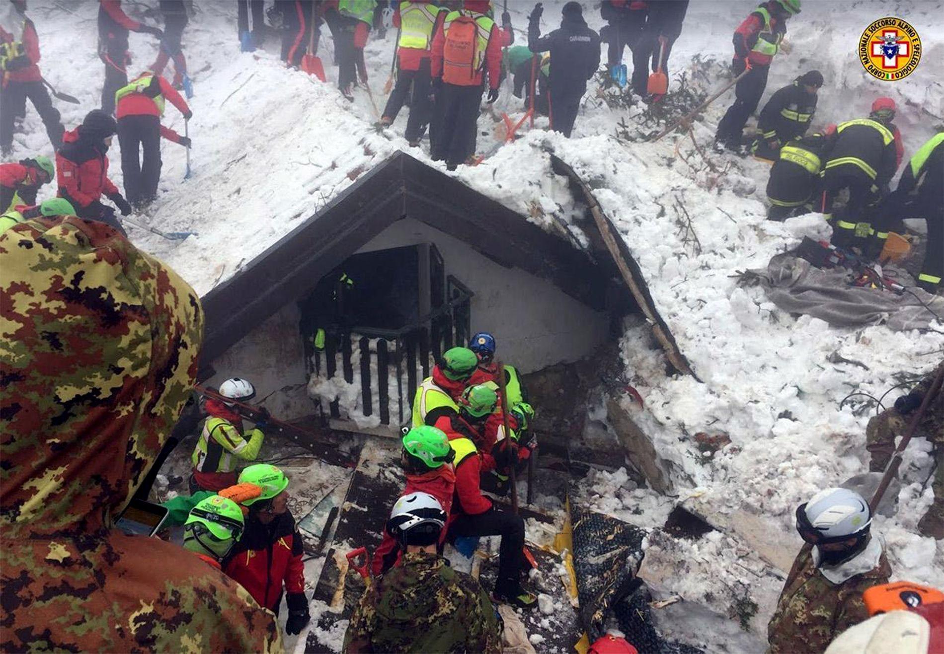 JOBBER IHERDIG: Redningsarbeidere står på og leter etter de savnede etter snøskredet i Italia.