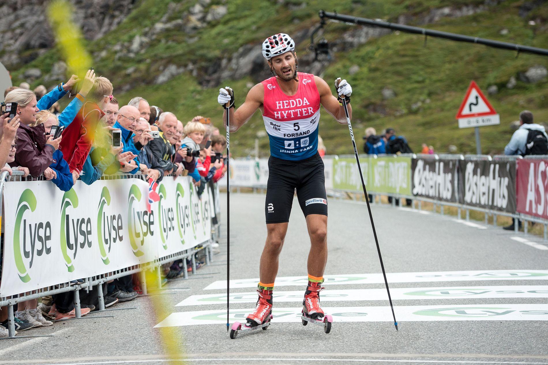 UTSLITT: Hans Christer Holund når toppen og målområdet under Lysebotn Opp torsdag. Han ble nummer to, bak Simen Hegstad Krüger.