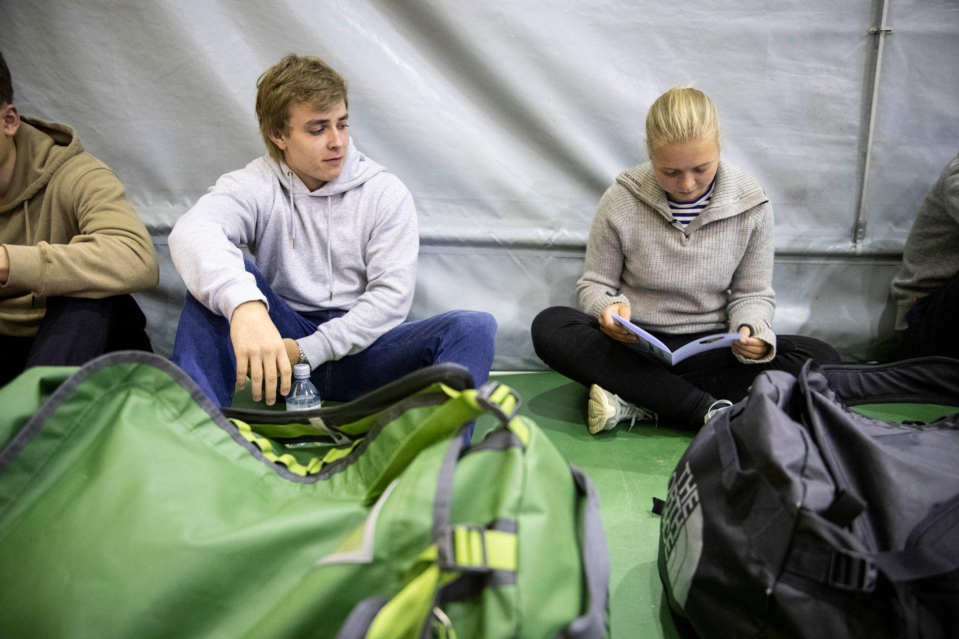 RYKKER INN: Trym Hallingby og Hedda Horn Rønneberg sitter i gymsalen på Sessvollmoen, på vei inn i militæret.