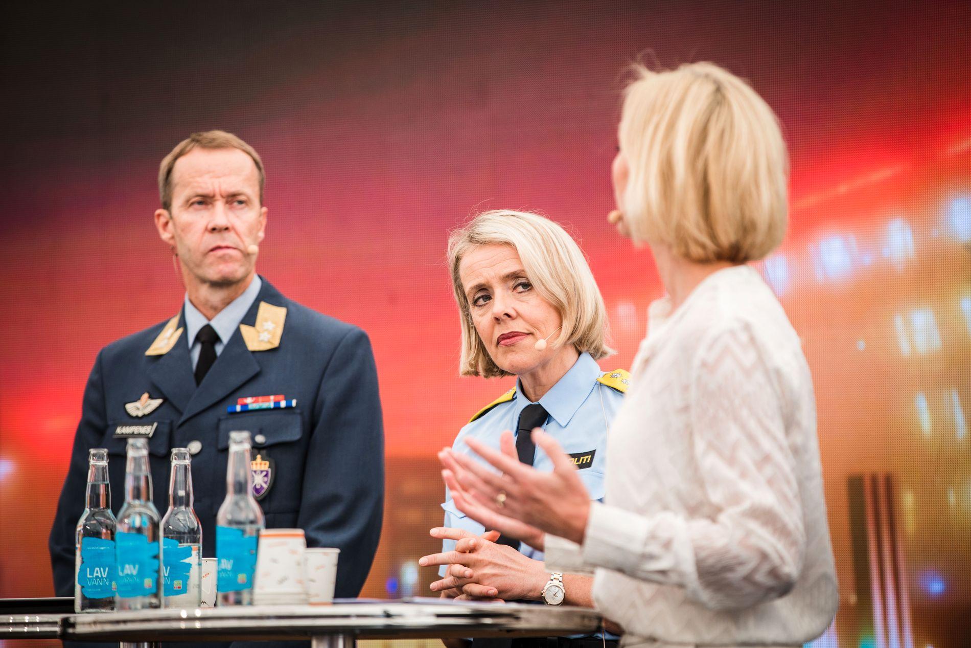 I ARENDAL: Sjef i Cyberforsvaret Inge Kampenes, politidirektør Benedicte Bjørnland og sikkerhetsdirektør i Telenor, Heidi Tangen Nilsen.