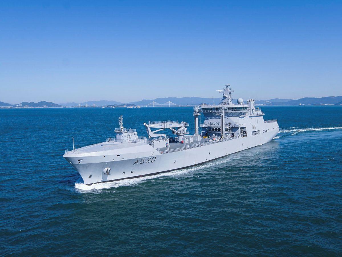 MARINE-KJEMPE: KNM «Maud» er på vei fra verftet i Sør-Korea, og vil bli det største skipet i marinen. Det vil gjøre ha mange egenskaper - alt fra tankskip til minisykehus.