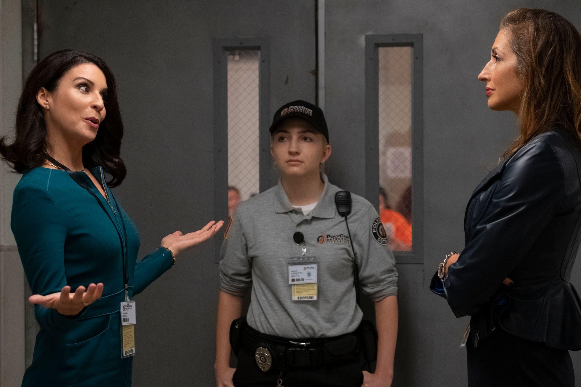 UTENFOR: Ledelseshverdagen er ikke helt den samme når eierene skal ha sitt, erfarer  Natalie Figueroa (Alysia Reiner) når hun nok en gang skal diskutere med Linda Ferguson (Beth Dover).