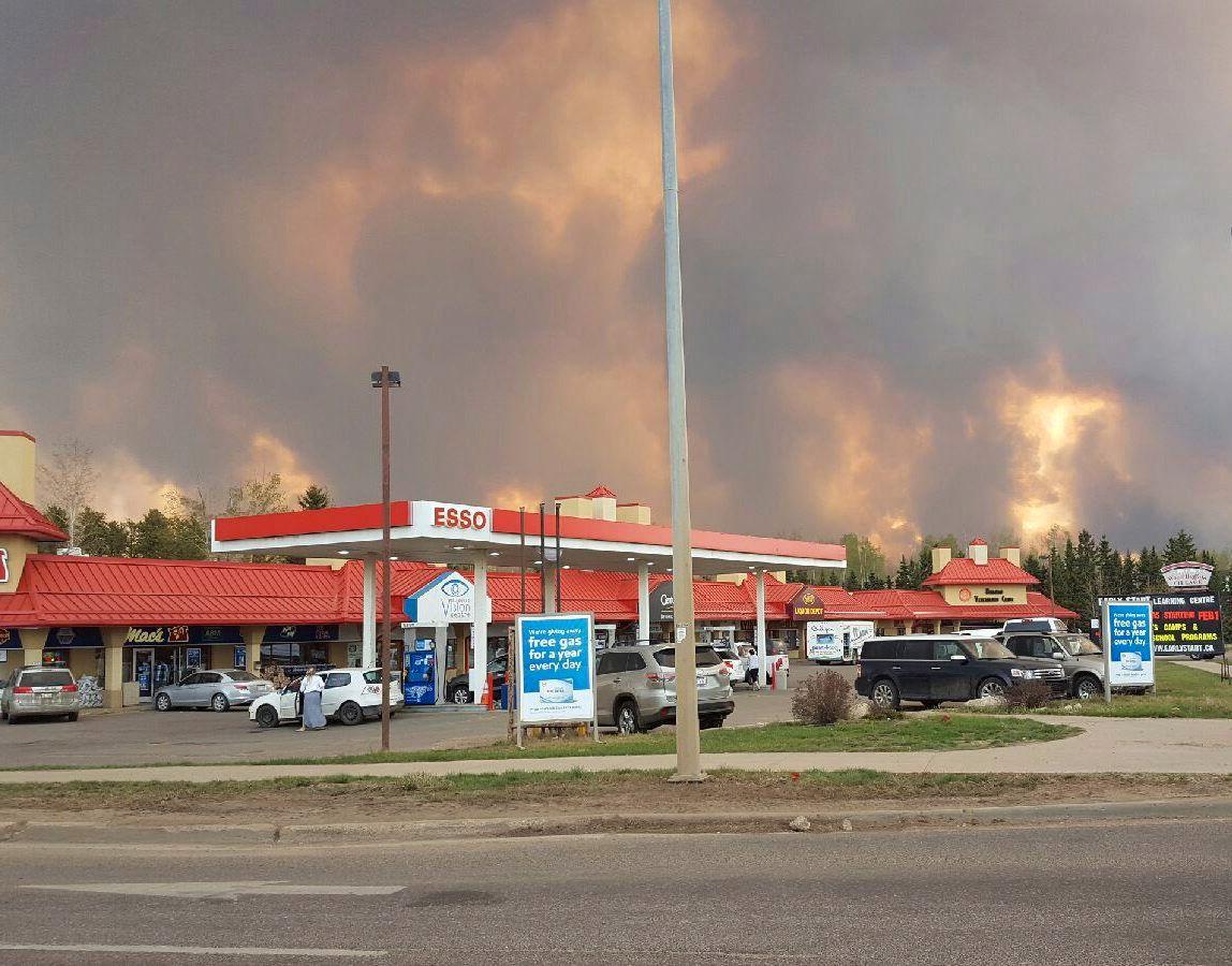 KRAFTIG: Flammene slikker opp fra brannen som nå raser gjennom sentrum av Fort McMurray.