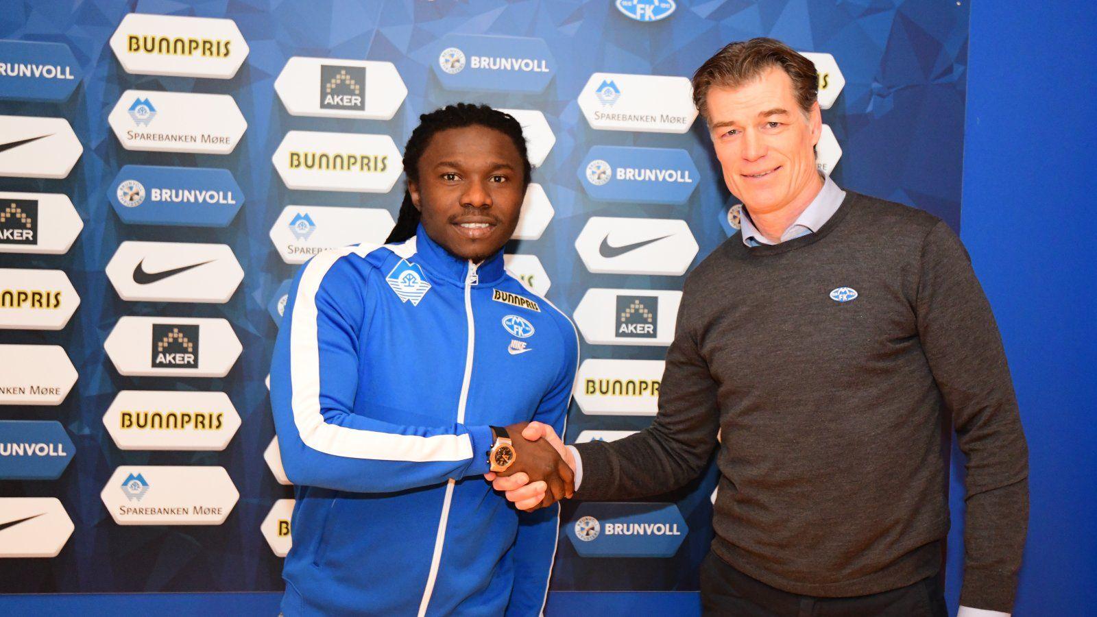 TILBAKE: Daniel Chima Chukwu (t.v.) ble presentert som ny Molde-spiller sammen med daglig leder Øystein Neerland onsdag morgen.