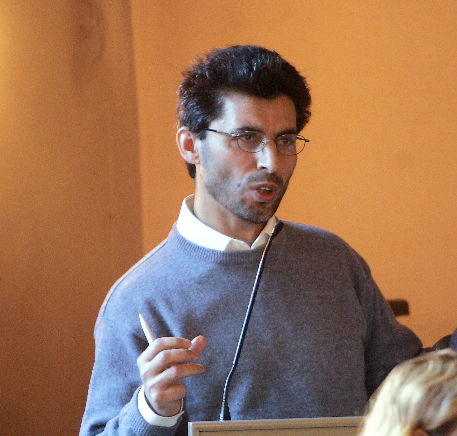 FEIL VEI Å GÅ: Basim Ghozlan mener man kan spørre trossamfunn om hjelp, men ikke stille slike krav.