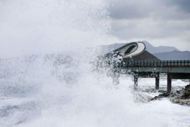 UVÆR: Da stormen «Berit» slo til langs norskekysten, slo sjøen godt over Atlanterhavsveien. Klimaforskere mener man vil få mer ekstremvær fremover som følge av klimaendringene. Foto: Berit Roald / Scanpix