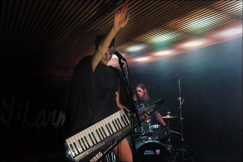ÅTTITALLSRETRO: Karin Park hadde med seg synthgitar på kveldens by:Larm-konsert. Foto: FREDRIK KLINGENBERG/BYLARM