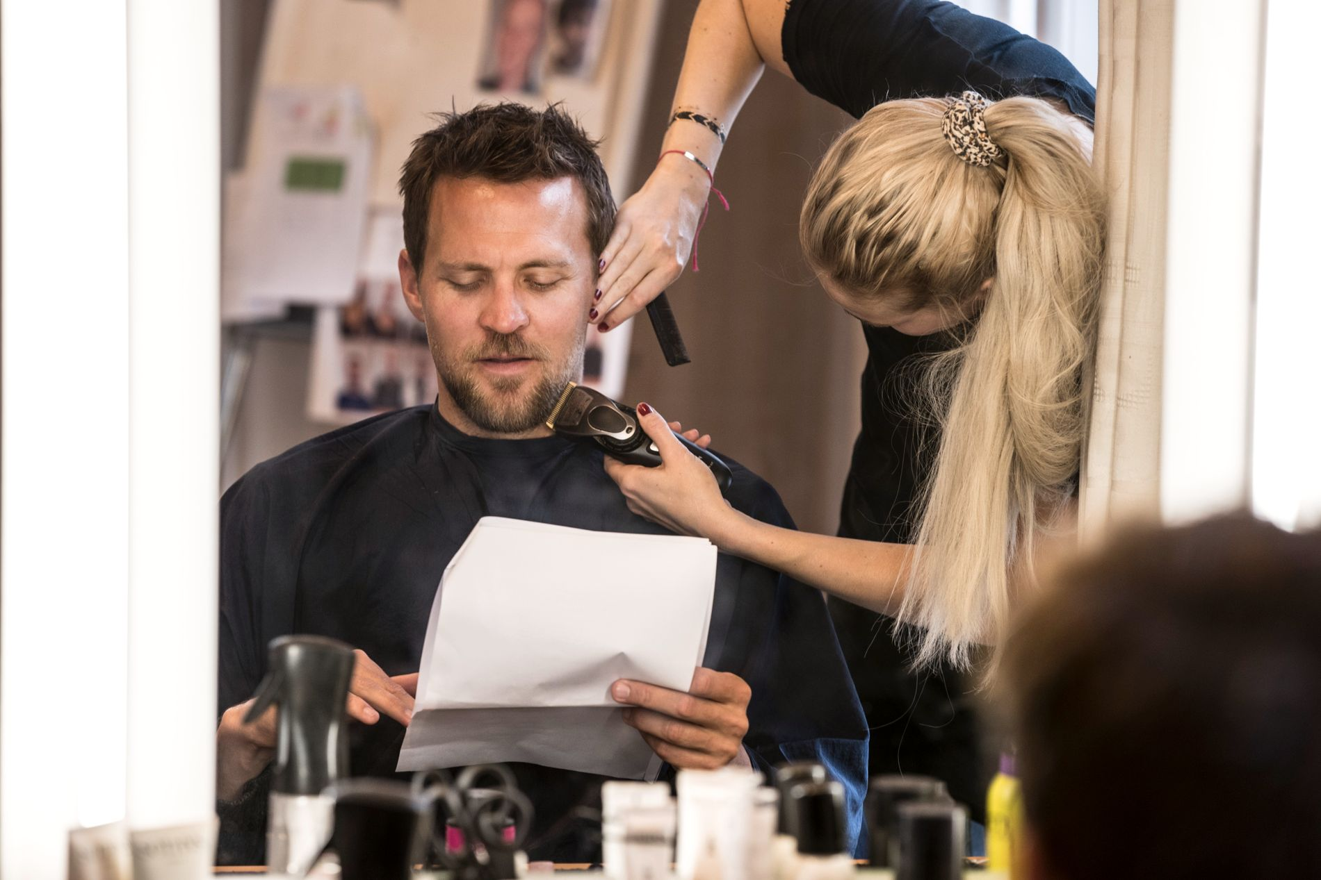 JUSTERES: Millimetre stusses fra Tobias' skjegg av fagsjef for sminke, Stine Hagen, annenhver dag for at han skal passe inn i rollen som etterforsker Nikolai. Santelmann hevder han får selvtillit på egen skjeggvekst av prosessen.