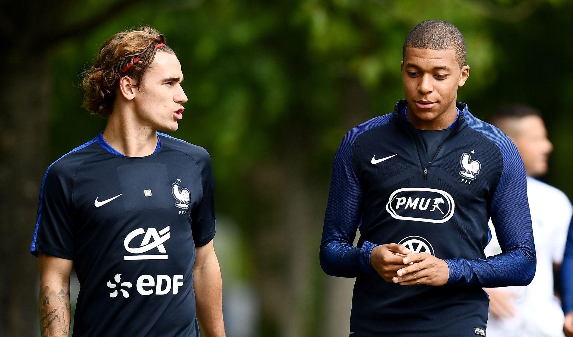 BRENNHETE: Antoine Griezmann og Kylian Mbappé, her på vei til trening med det franske landslaget denne uken, jaktes av storklubber.