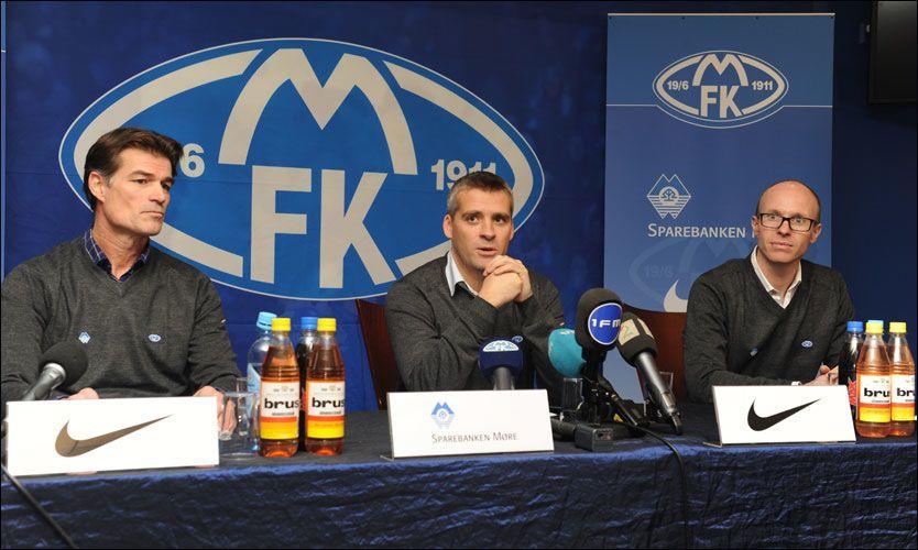 I MOLDE: Tor Ole Skullerud ble presentert som ny Molde-trener mandag. Til venstre styreleder Øystein Neerland og til høyre administrerende dirketør Tarje Nordstrand Jacobsen. Foto: Hugo Tingvoll
