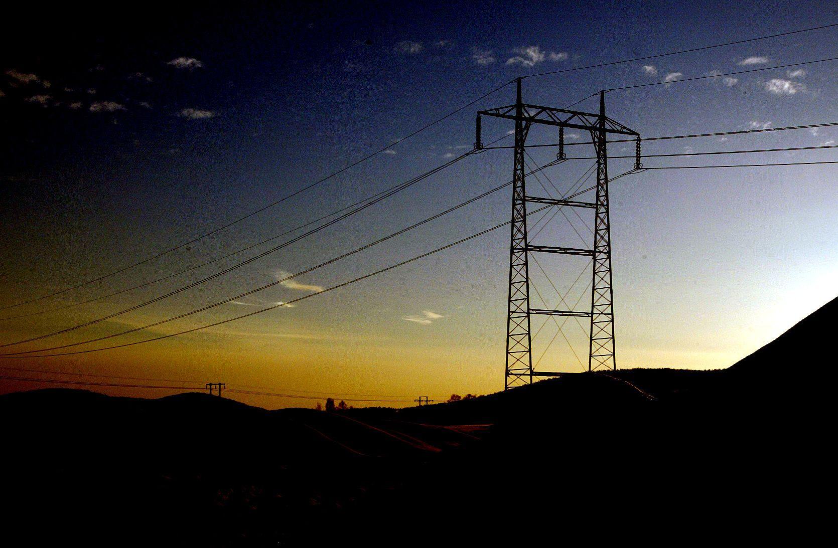 Dyr strøm og kald vinter. Kraftledninger går gjennom vinterlandskap. Strømforsyning. Klar kveldshimmel. Høyspent. Foto: Magnar Kirknes