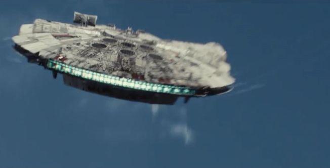 GJENNSYN: I traileren dukker Millennium Falcon opp - det har ikke blitt sett siden de orginale «Star Wars»-filmene.