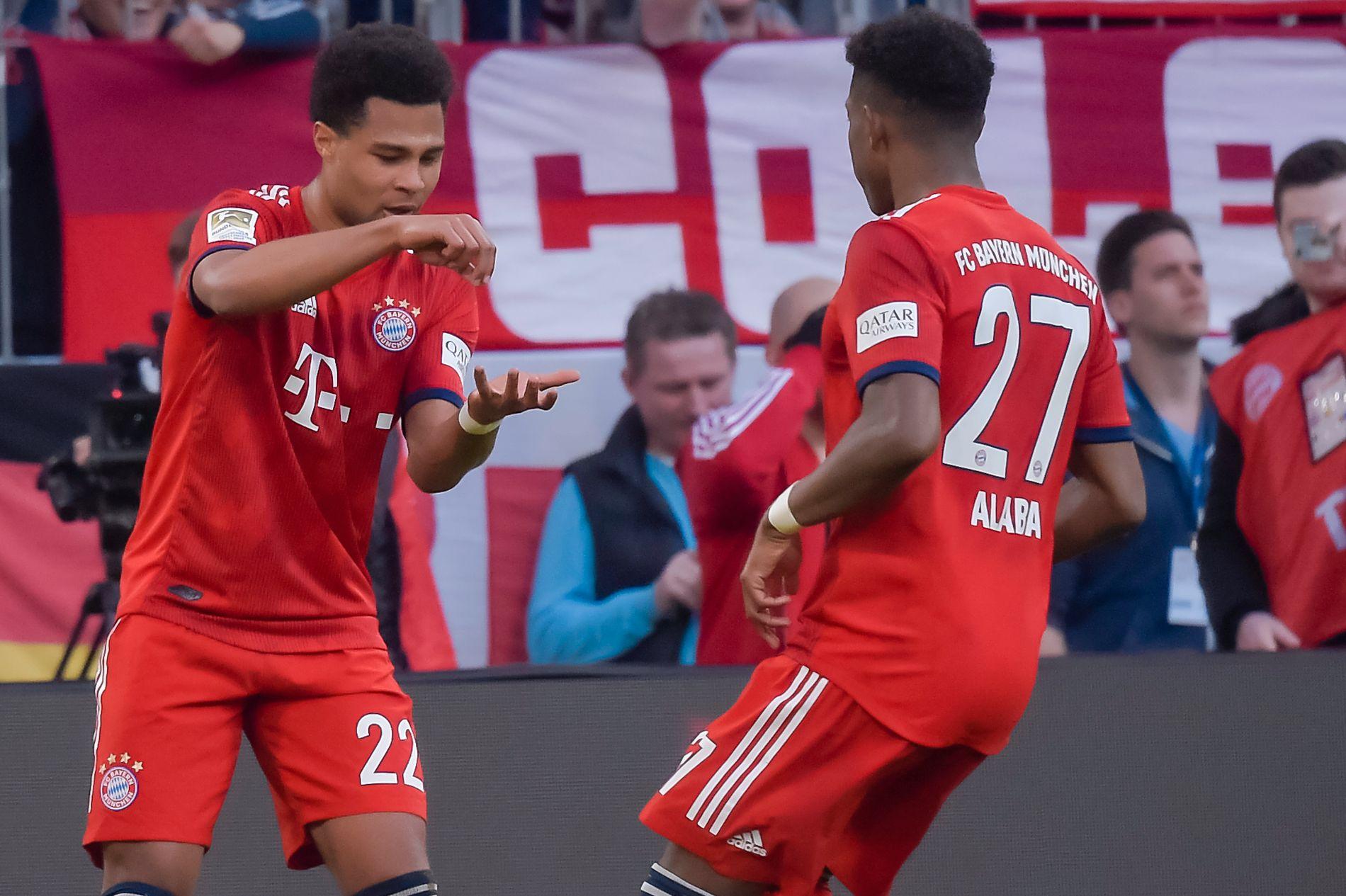 KRYDDER: Serge Gnabry ble Bayerns yngste målscorer for dagen. Han feiret sammen med David Alaba med en innøvd variant med både visp, t-skje og pepperkvern.
