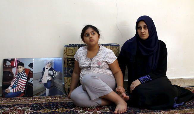 MISTET BARNA: Zainab Abbas sammen med sin datter. Til venstre står bilder av sønnen og datteren på ni og elleve som druknet på vei til Hellas.