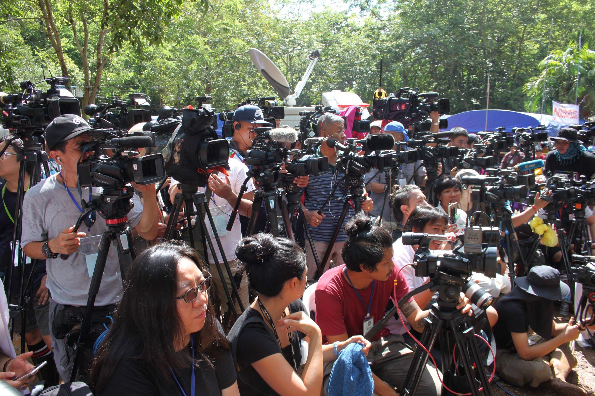 STOR INTERESSE: Medier fra hele verden har strømmet til Mae Sai helt nord i Thailand. Grottedramaet får stor oppmerksomhet i hele verden.