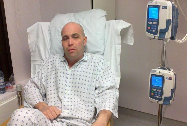 TRENGTE BLOD: Christian Hansen (31) fra Ås har fått titalls blodoverføringer i forbindelse med behandlingen han fikk for blodkreft. Nå oppfordrer han flere til å bli blodgivere. På bildet sitter han på isolat etter en beinmargstransplantasjon i 2012.