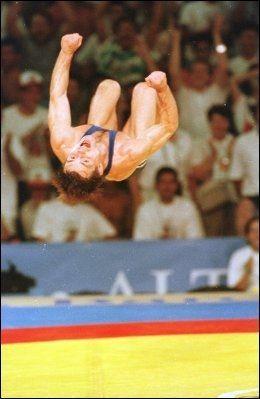 SALTOJUBEL: Jon Rønningen jubler over gullet i 1992-OL med en salto. Foto: Scanpix