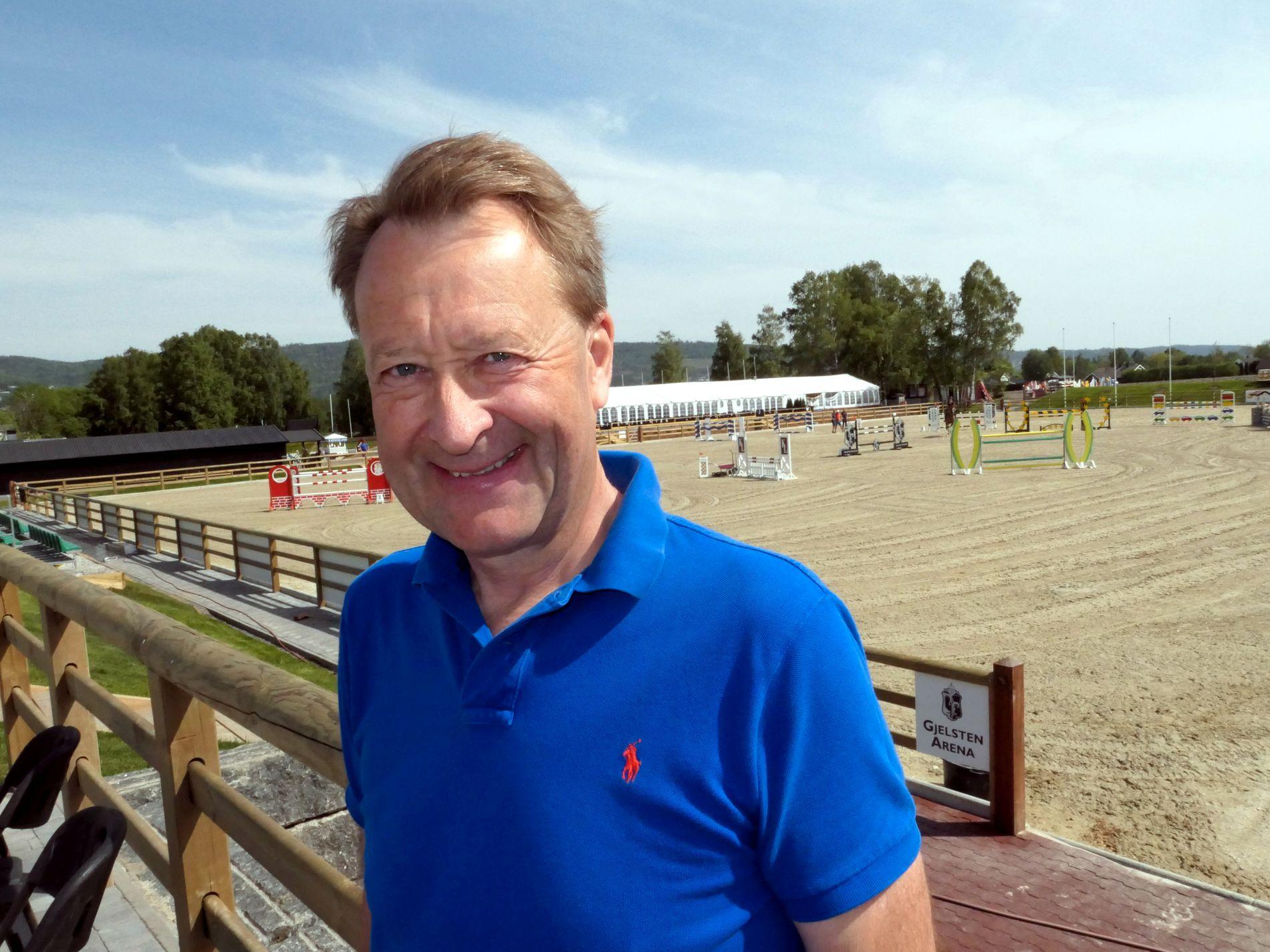 GJELSTEN ARENA: Bjørn Rune Gjelsten foran den nye hestearenaen i Lier. Han har brukt ti mill. kroner av egen lomme på dette prosjektet.