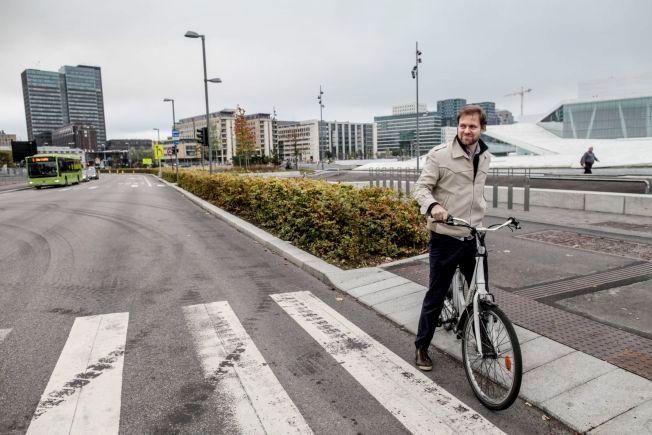 BRUKER EL-SYKKEL: Arbeiderparti-politiker Andreas Halse i samferdsel- og miljøkomiteen i Oslo foretrekker egen elsykkel og elbil når han skal ta seg frem i trafikken.