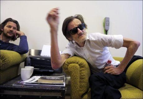 SPESIELT SAMARBEID: Carsten Aanonsen er produsenten bak den kommende «Pushwagner»-filmen. Her sammen med kunstneren selv (t.h). Foto: Helge Mikalsen