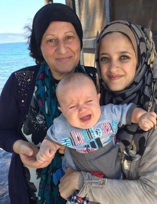 TRE GENERASJONER: Dette er tre av flyktningene som Trude Jacobsen har tatt imot på Lesbos.