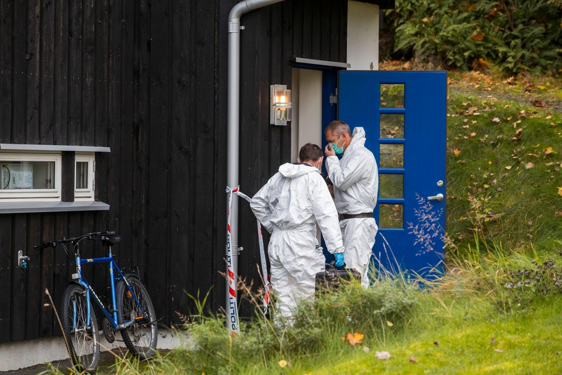 KNIVSTAKK NABO: Krimteknikere på stedet der en kvinne i 30-årene ble knivstukket i Moss oktober i fjor.