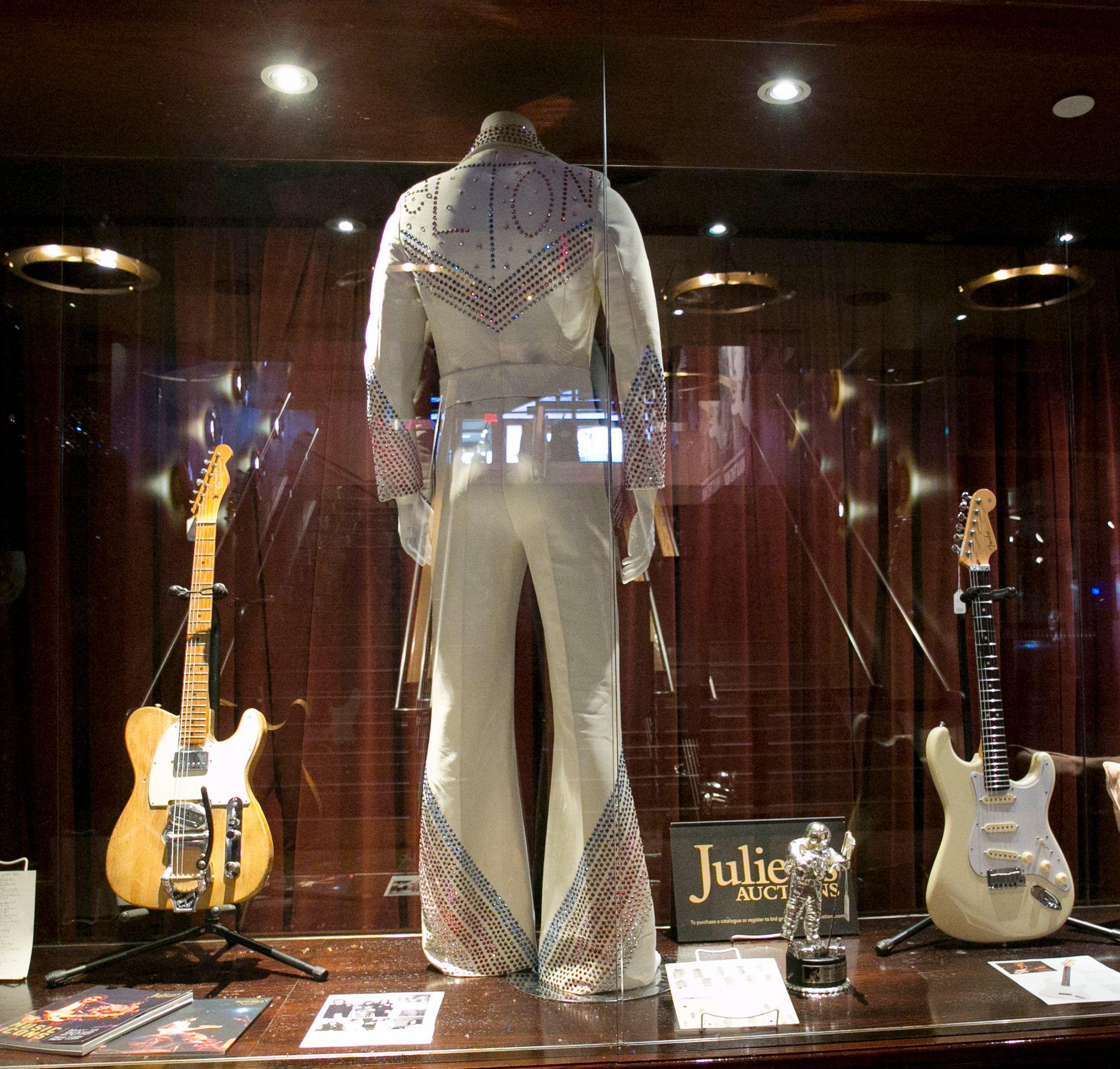 SELGES: Sjokk og oppstandelse ble resultatet da Bob Dylan la den akustiske gitaren på hylla og tok i bruk en elektrisk gitar (til venstre), eid av Robbie Robertson. I midten kan sees et scenekostyme som har tilhørt Elton John, og til høyre en gitar brukt av Jeff Beck. Foto: AP / NTB scanpix