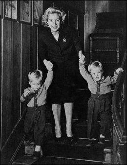MOR: Wenche Foss med sine to sønner - Fabian og Tommeliten, en gang midt på 1950-tallet. Foto: Privat