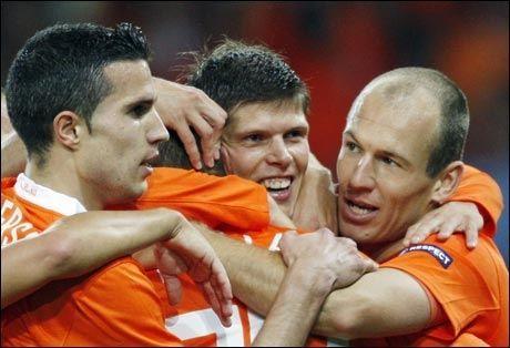 OVERLEGENT: Robin van Persie, Klaas-Jan Huntelaar og Arjen Robben feirer 1-0-scoringen mot Romania. Foto: AFP