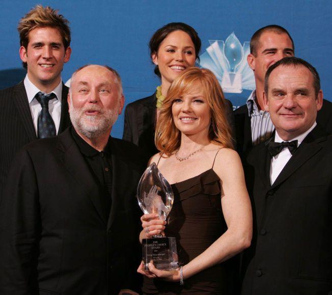 POPULÆR: Robert David Hall, Marg Helgenberger, Paul Guilfoyle, Eric Szmanda, Jorja Fox, og George Eads poserer med prisen for beste tv-drama. Serien har vært svært populær de siste årene.