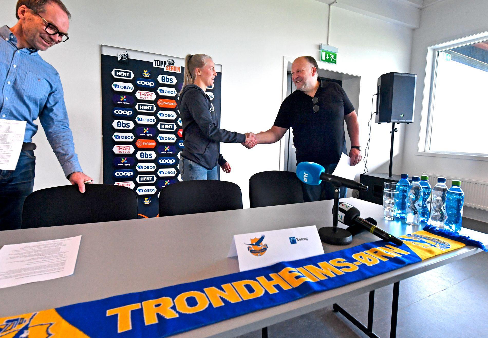 DEAL: Ivar Koteng (t.h.) hilser på Ørn-kaptein Mali Næss etter å ha signert avtale med Trondheims-Ørn. Til venstre: Styreleder Ivar Slettestøl.