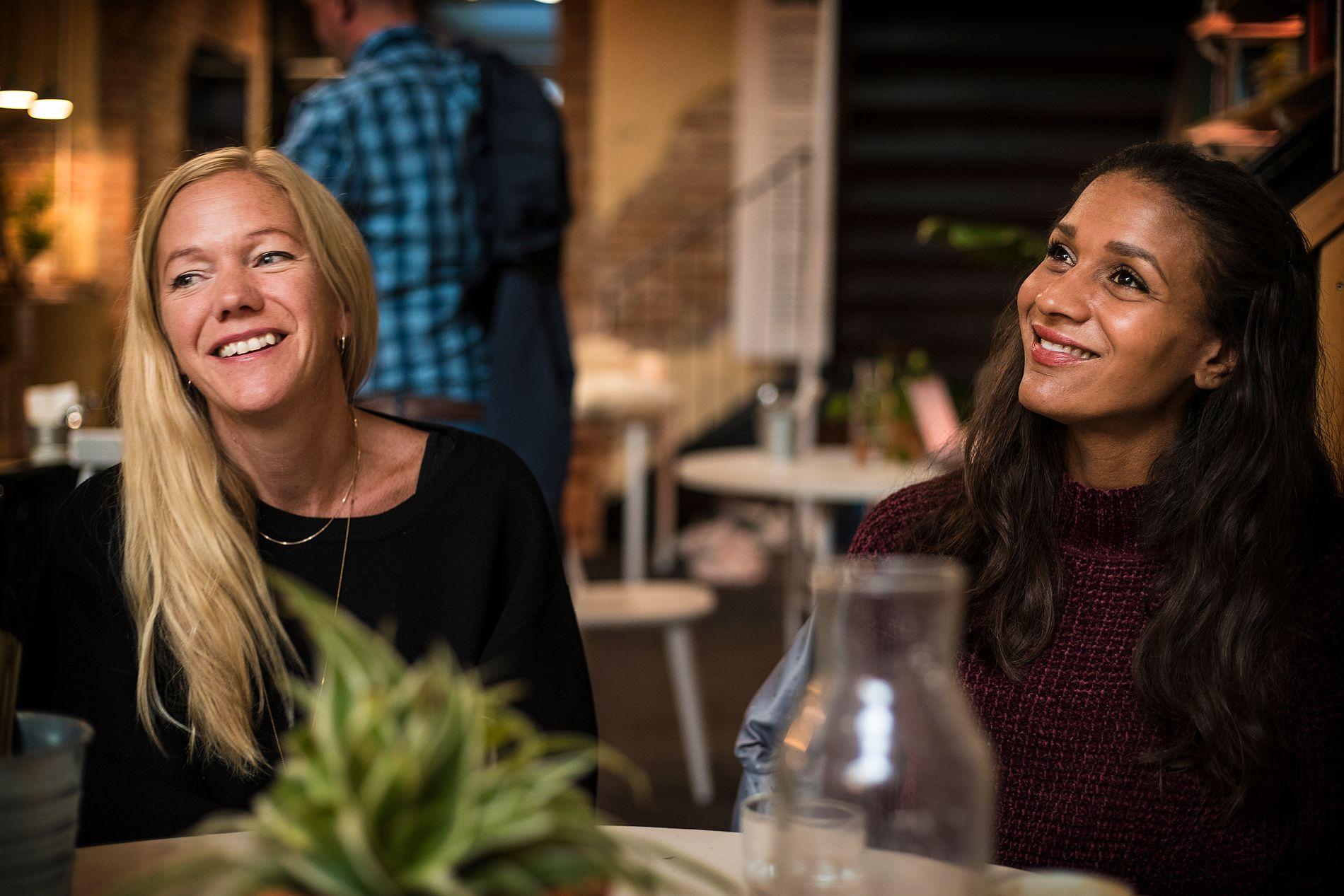TJENER GODT: Maja Lunde (43) og Lisa Aisato (37) har truffet skikkelig med julekalenderboken «Snøsøsteren» – og de tjener noen millioner hver på bare noen uker denne høsten.