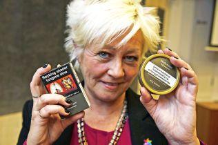 Kreftforeningens generalsekretær Anne Lise Ryel er glad for at regjeringen vil endre markedsføringen av røyk og snus. Her på en pressekonferanse med helseminister Bent Høie.