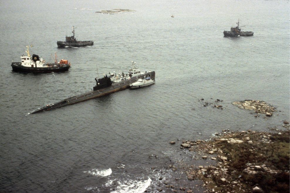 KALD KRIG: Skip fra den svenske marinen holder vakt ved den russiske ubåten U-137 som gikk på grunn utenfor Landskrona i 1981. Andresekretæren på den sovjetiske ambassaden i Stockholm, Grigorij Rapota, ble utvist fra Sverige etter denne episoden. Men Rapotas karriere var ikke over med det, skriver Claes Arvidsson. Arkivfoto: SCANPIX SVERIGE.