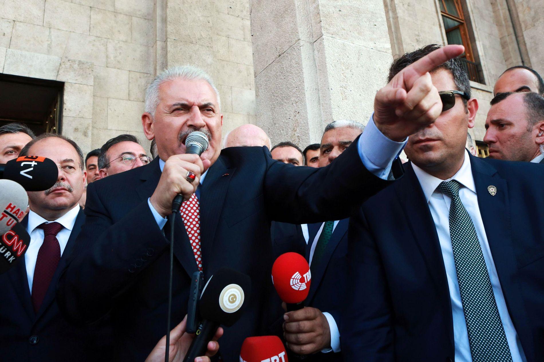 TAKKER FOLKET: Tyrkias statsminister Binali Yıldırım hyller det tyrkiske folk for deres reaksjon på kuppforsøket. Det beste forsvaret mot terror er å veive det tyrkiske flagget, sier han.