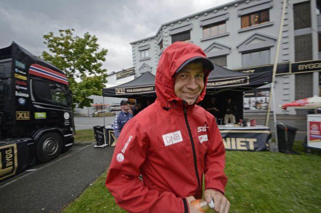 UTE EN REGNVÆRSDAG: Ole Einar Bjørndalen måtte frem med regntøyet da han kom til Drammen for å dele ut nye våpen fra sitt fond til skiskytterklubber i dag.