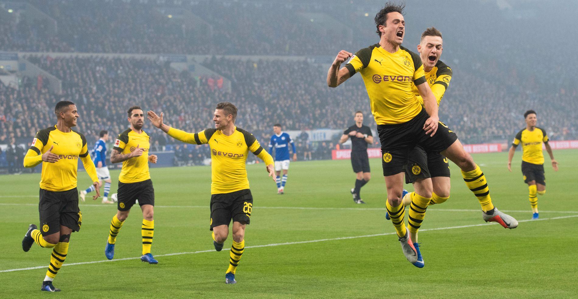 FEIRER MÅL: Thomas Delaney, foran og til høyre i bildet, feirer mål med sine Borussia Dortmund-kompiser mot Schalke den 8. desember 2018.