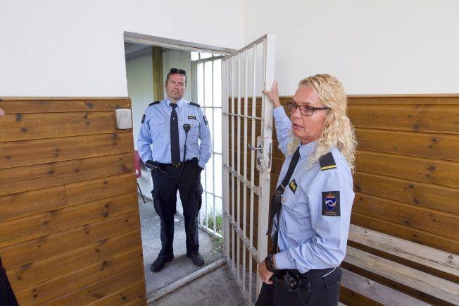Hof 20150717 Alf Håvard Nilsen og Marit Solheim, betjenter i Hof fengsel, mener det er forlite med 2 betjenter til 109 innsatte. FOTO ALF ØYSTEIN STØTVIG/VG