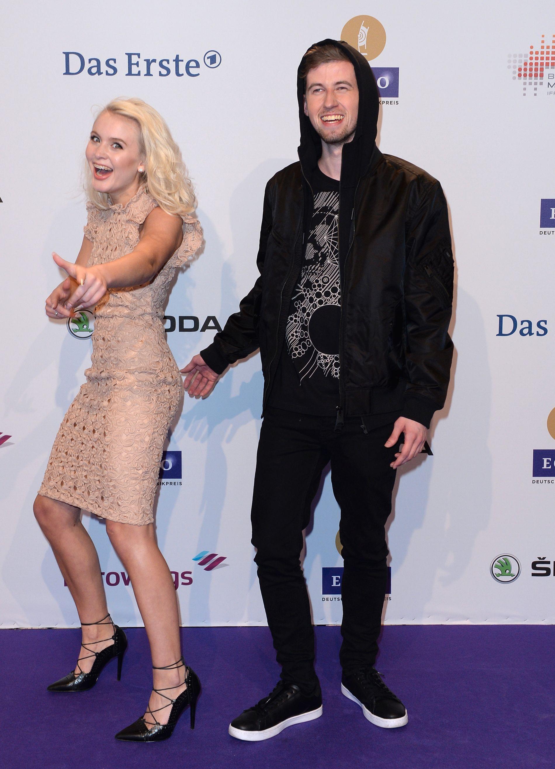 GJESTEVOKALIST: Den svenske superstjernen Zara Larsson stilte med stemme og fremførte Alan Walkers gigaslager «Faded» på en prisutdeling i Berlin. Foto: AP