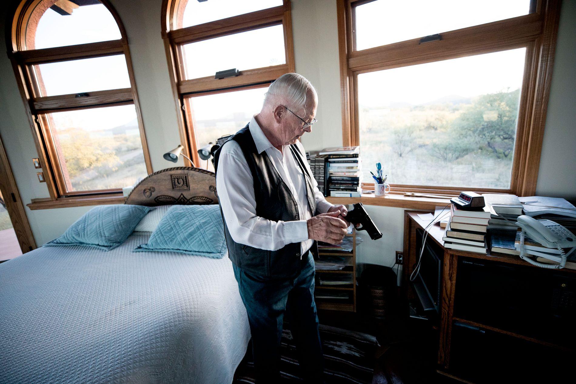 SOVER MED VÅPEN: Jim Chilton har alltid geværet og denne pistolen like ved sengen i det mektige soverommet han bygget i gave til sin kone. Det har 360 grader utsikt over ekteparets vakre ranch.
