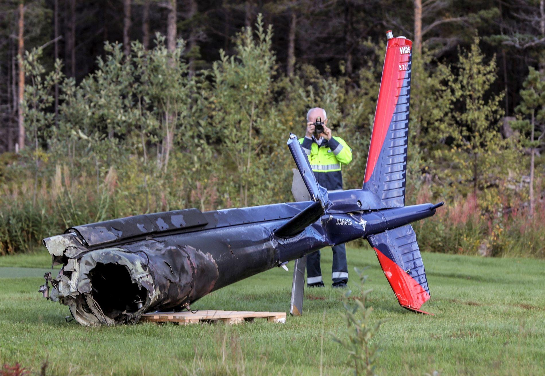 HALEN: Deler av helikopteret som styrtet i Alta ble tirsdag ettermiddag fraktet ned fra ulykkesstedet.
