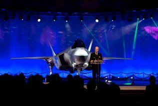 AVDUKET: Det første F-35-flyet til Norge ble i ettermiddag avduket på Lockheed Martin-fabrikken i Texas. Her taler forsvarssjef Haakon Bruun-Hanssen umiddelbart etter avdukingen.