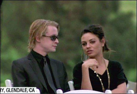 JACKSON-VENN: Macaulay Culkin kjente Michael Jackson fra tidlig på 90-tallet. Her er han i stjernens begravelse med sin daværende kjæreste Mila Kunis. Foto: Wenn.com.