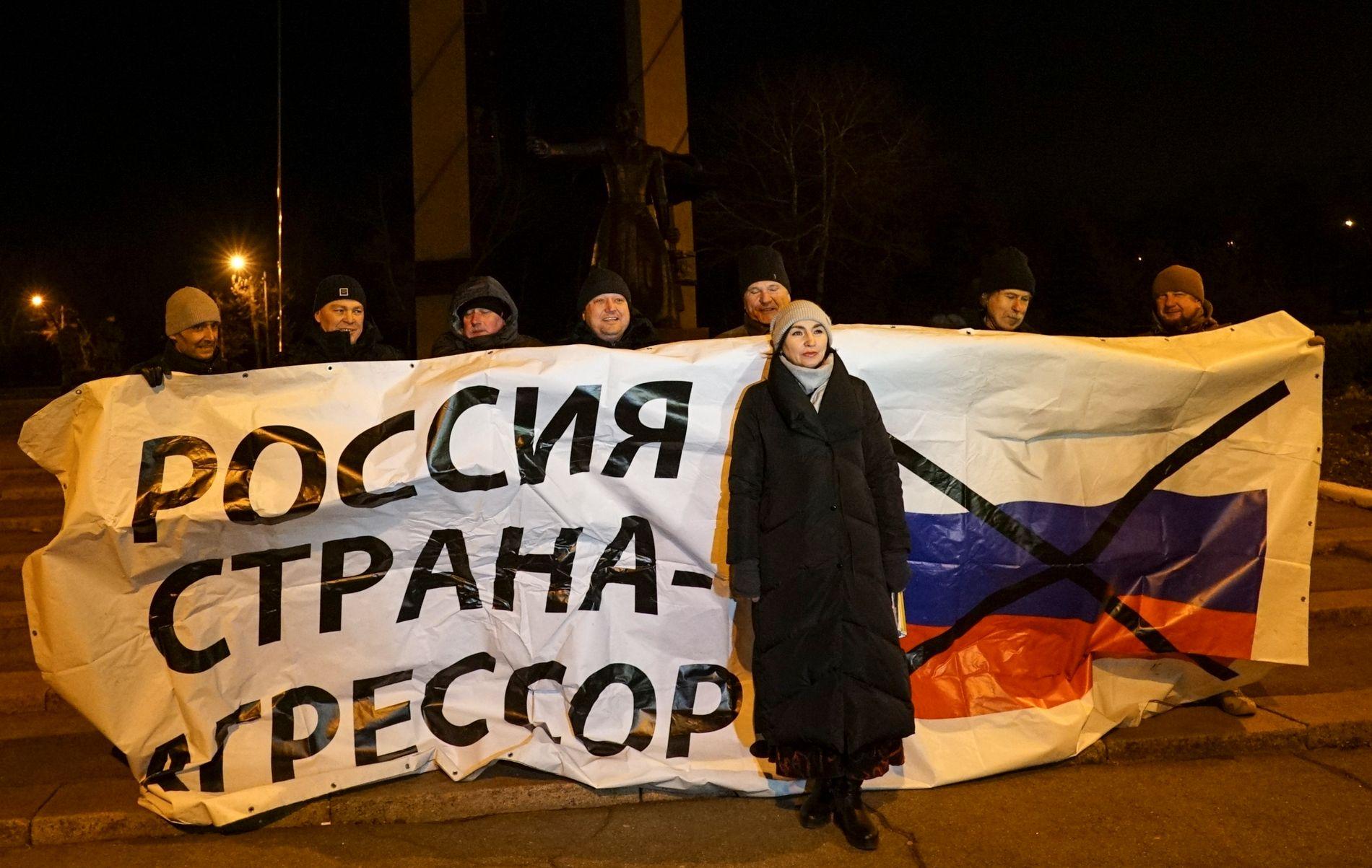 PROTESTERTE: Onsdag protesterte ukrainere i byen   Mariupol mot blokaden av Azovhavet. På banneret står det «Ingen blokade av Azovhavet».