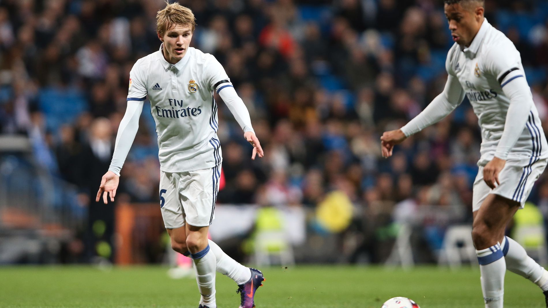 MATCH: Martin Ødegaard (til venstre) venter på å få ballen fra lagkamerat Mariano i fotballkampen mot Cultural y Deportiva Leonesa i den spanske cupen i Madrid onsdag.