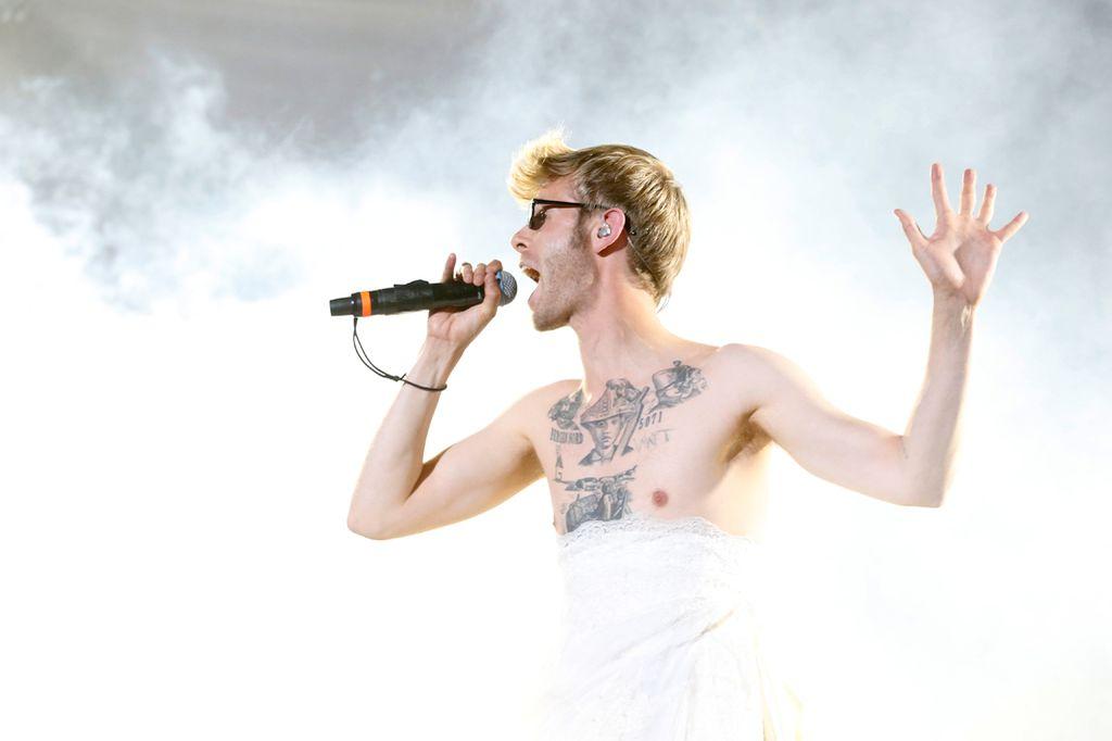 EKTE ENTRÉ: Lars Vaular inntok scenen i Amfiet iført brudekjole og solbriller.