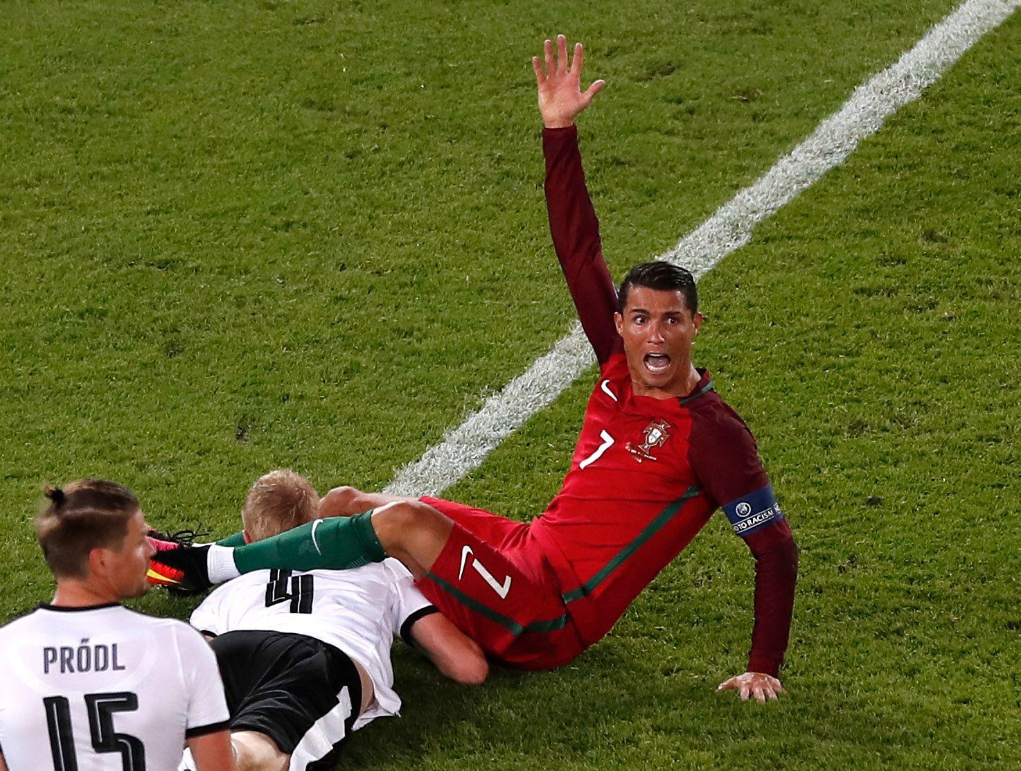 RONALDO: Portugiseren Cristiano Ronaldo fikk det ikke til i sine to første EM-gruppespillkamper, men mot Ungarn løsnet det med to mål. Og Portugal avanserte etter tre uavgjorte kamper. Her har Ronaldo havnet en i pussig klinsj med en østerrisk spiller for en uke siden.