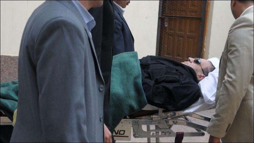 GALGEN NESTE? Sivile politimenn triller sengen med Egypts eks-president Hosni Mubarak inn i rettslokalet i Kairo tidligere denne uken. Foto: REUTERS