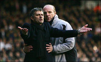 HELSVART DAG FOR CHELSEA: Jose Mourinho måtte først se at Fulham tok ledelsen. Så byttet han ut to spillere etter halvspilt førsteomgang. Deretter fikk Chelsea annullert en scoring, før Gallas ble utvist på overtid. Foto: Reuters