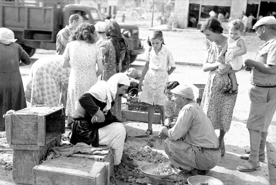SAMARBEID: Muslimer og jøder på et felles marked i Tiberias, ved Genesaretsjøen i dagens Israel. – Under andre verdenskrig sto arabere og jøder generelt sammen med britene mot nazismen, hevder kronikkforfatteren.